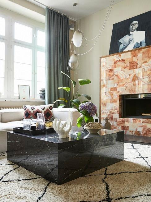 Tavolino di design in marmo con accessori decorativi