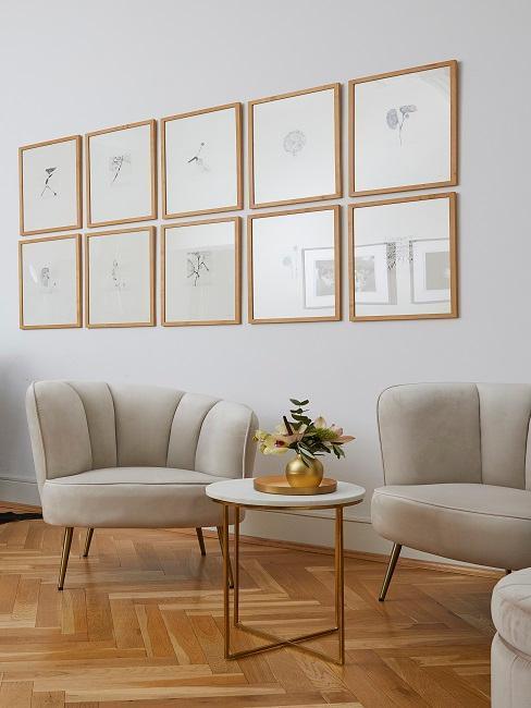 Due poltrone in velluto accanto ad un tavolino sotto un quadro decorativo a parete