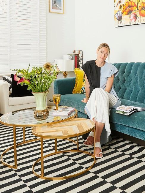 Sophie Walkiers si siede nel suo salotto di design sul divano
