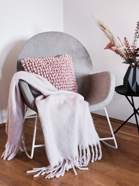 coperta in lana d'alpaca su sedia