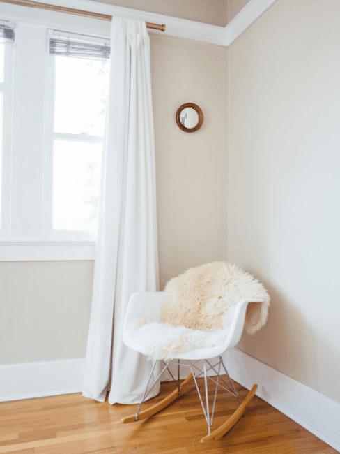 Angolo soggiorno con tenda bianca e sedia