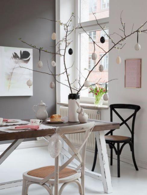 tavolo da pranzo con albero di pasqua fatto con rami di ciliegio