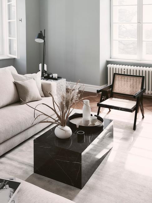 Modern klassiek interieur woonkamer met marmeren salontafel en beige bank en rotal stoel