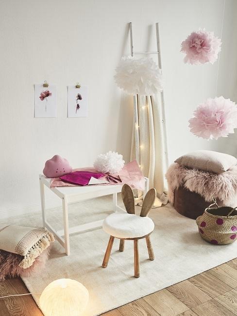 Babykamer met beige-roze tinten en houten elemeneten