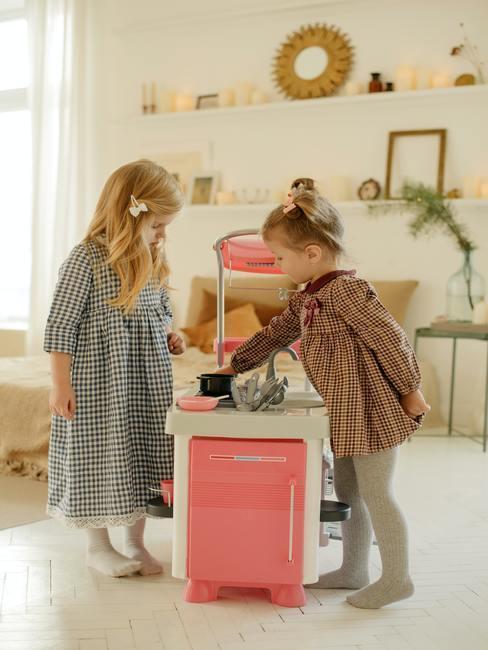 Meisjes spelen met een nieuw stuk speelgoed