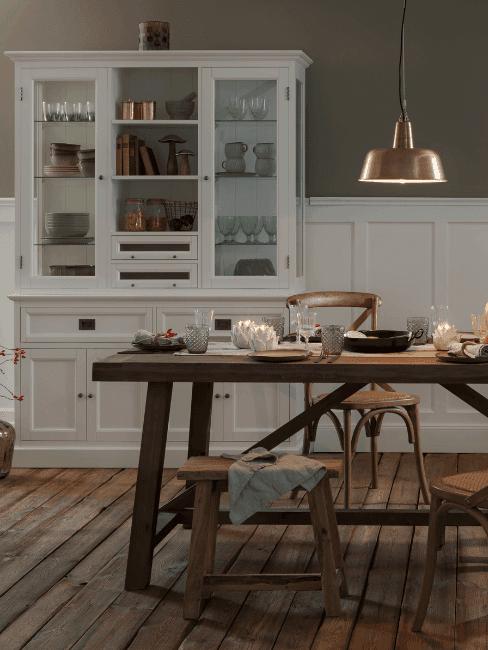 Jadalnia z drewnianym stołem i białą szafką kuchenna