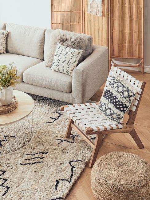 Sofa w salonie w stylu boho z dodatkami z naturalnych materiałów