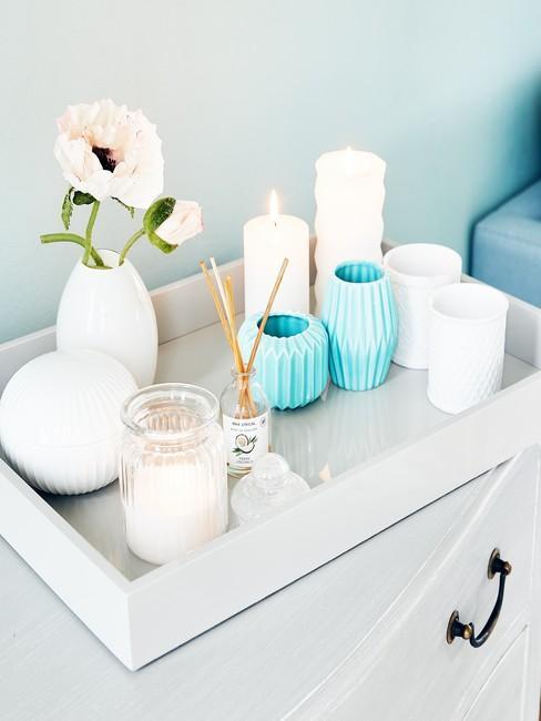Taca z błękitnymi dekoracjami i świecami