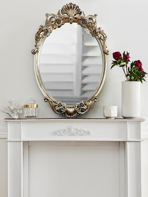 Dekoracyjne lustro na jasnej konsoli