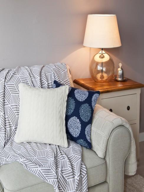 Jasny fotel z błękitnymi detalami