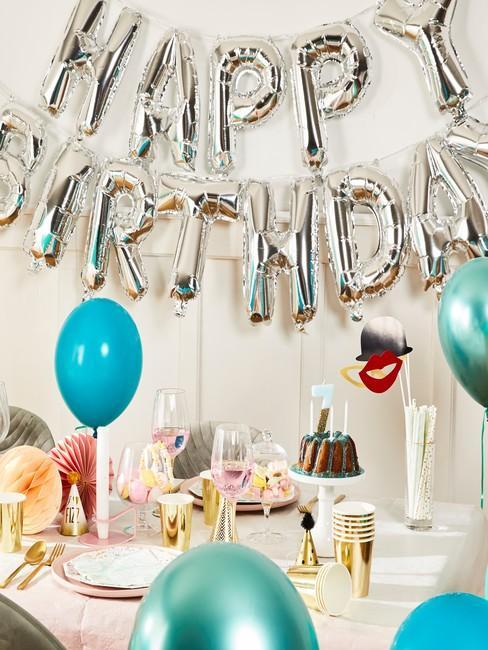 Salon udekorowany na urodziny za pomocą balonów
