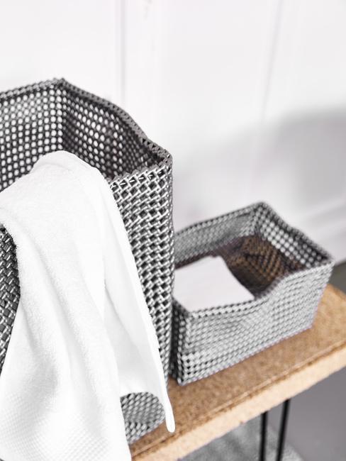 Czarno-białe kosze na pranie różnej wielkości