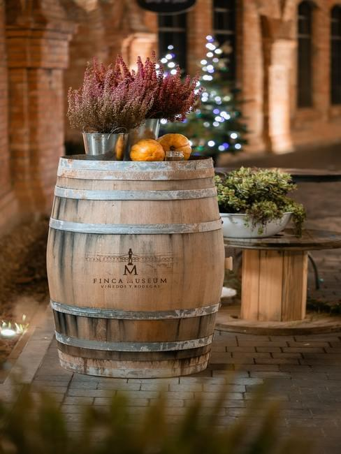 Dekoracja z wrzosu położona na drewnianej beczce po winie