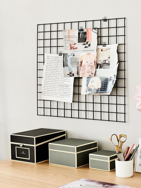 Drewniane biurko z pudełkami oraz tablicą z inspiracjami