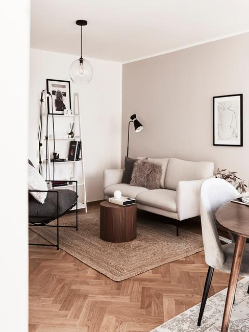Kącik wypoczynkowy w salonie z jasną sofą i fotelem