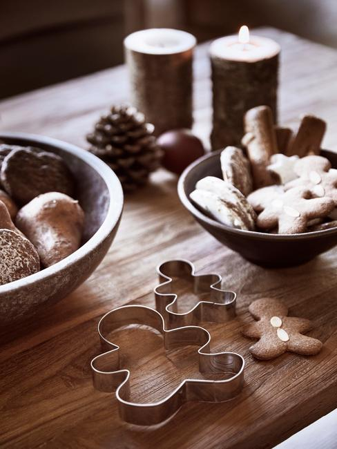 Zbliżenie na blat kuchenny z dekoracjami świątecznymi i pierniczkami