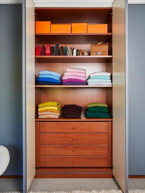 Drewniana szafa na ubrania w mieszkaniu w bloku