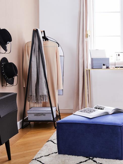 Wieszak na ubrania w salonie w bloku