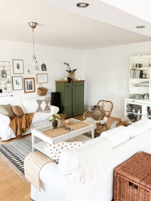 Przytulny salon z jasną sofą i drewnianymi dodatkami