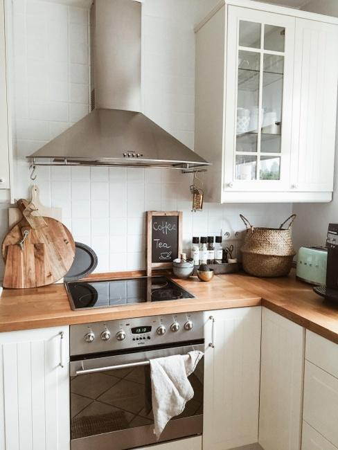 Przytulna kuchnia z białymi fronatmi i drewnianymi blatami autorki bloga Sisters About