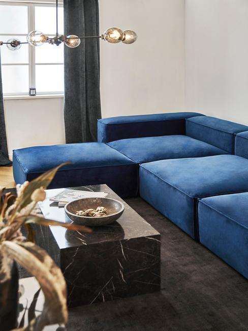 Sofa w salonie w kolorze Classic Blue