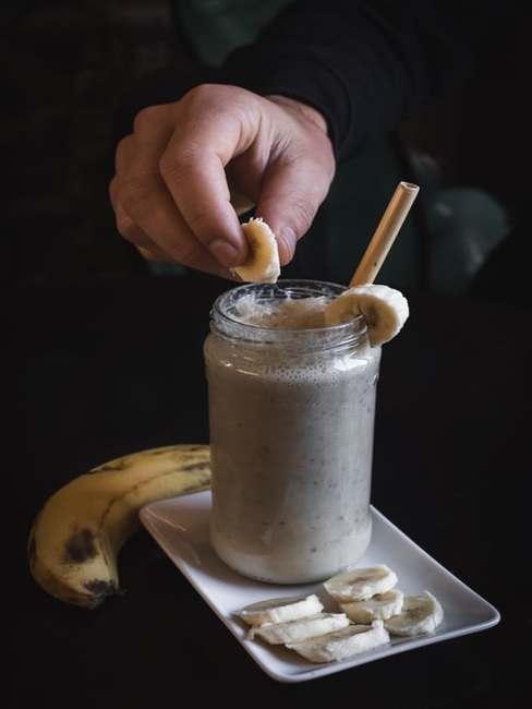 Bananowe smoothie podane w słoiku z papierową słomką