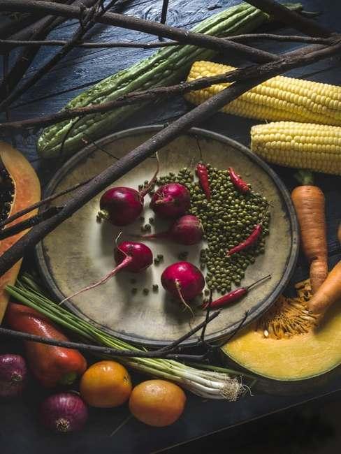 Warzywa i owoce umieszczone na ciemnym blacie