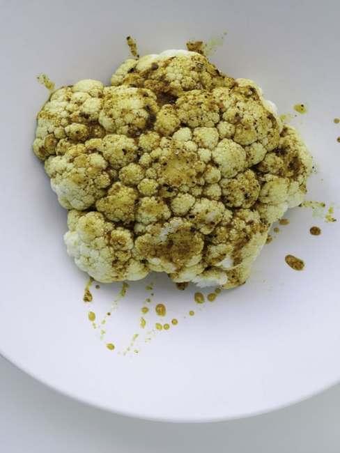 Kalafor polany sosem na białym talerzu