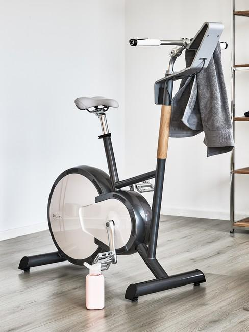 Rowerek stacjonartny w kącie domowej siłowni