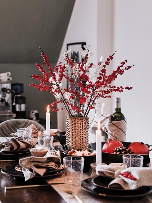 Jesienna dekoracja stołu w nowoczesnej jadalni
