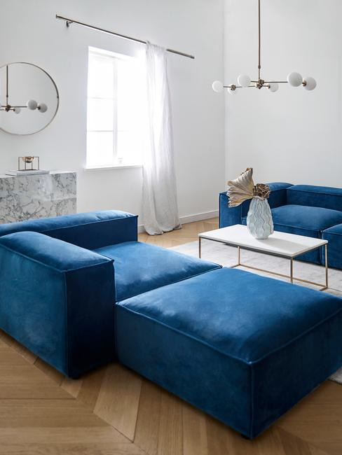 Biały salon z sofą w kolorze Classic Blue
