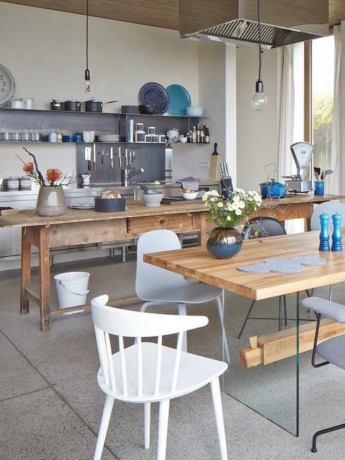 Kuchnia w stylu skandynawskim z drewnianym stołem oraz drewnianą wyspa kuchenną
