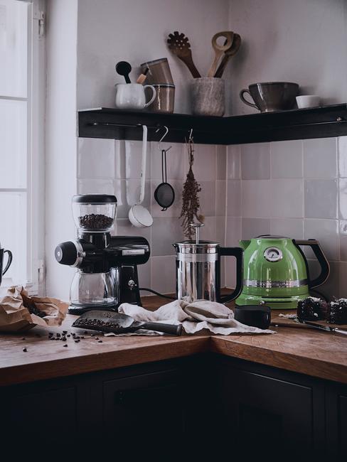Biało - czarna kuchnia z półką oraz akcesoriami kuchennymi