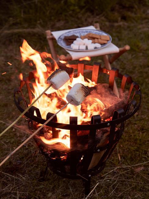 Zbliżenie na rozpalony grill nad którym pieką się pianki marshmallows