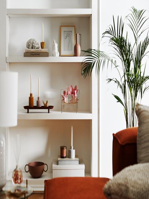 Biała szafa z pamiętkami na półkach