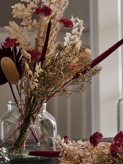Szklany wazon z kompozycją z suszonych kwiatów