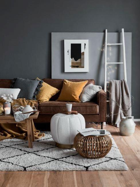 Salon z sofą, stolikiem, pufem oraz drabiną jako półką