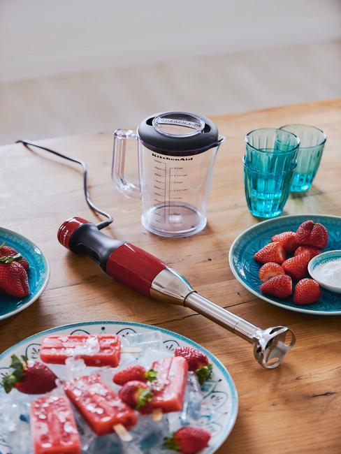 Ręczny blender Kitchenaid na balacie obok talerza z lodami