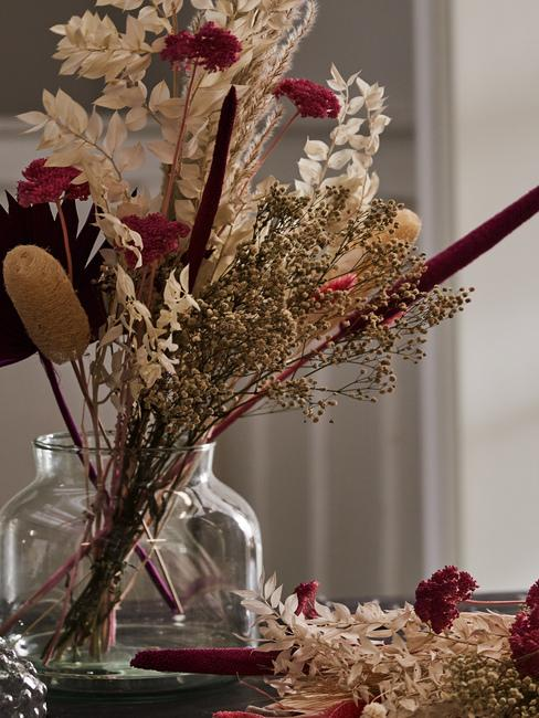 Transparentny wazon z suszonymi kwiatami