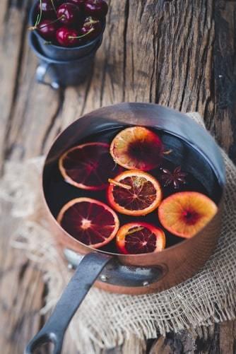 Mały rondelek z grzanym winem na drewnianym blacie
