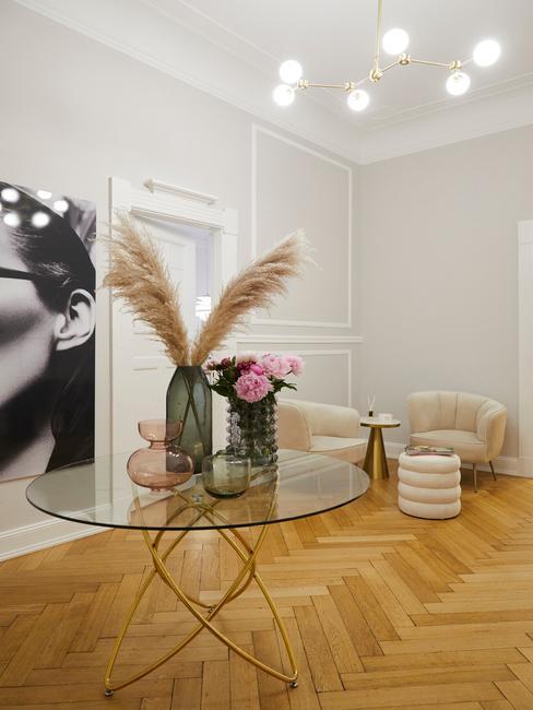 Wnętrze salonu z szklanym stolikiem kawowym oraz wazonem kwiatów