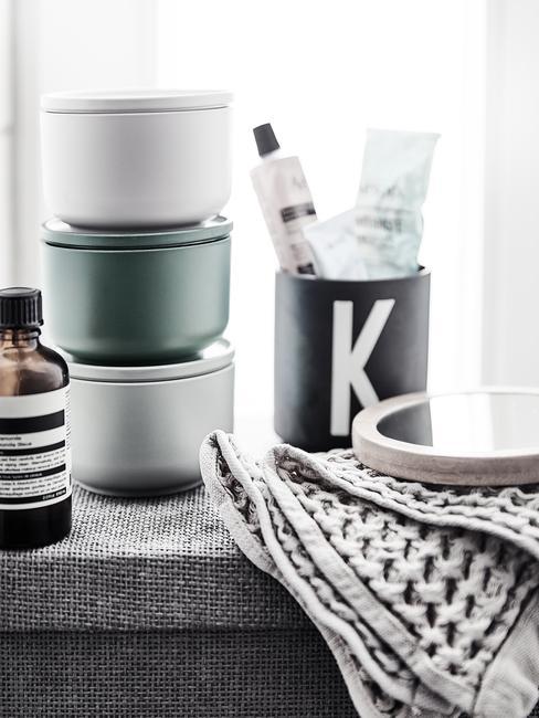 Parapet w łazience z pojemnikami na kosmetyki