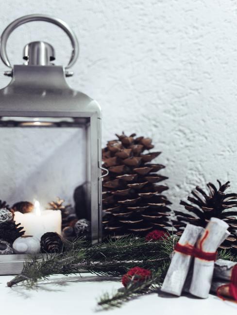 Latarenka z dekoracją z szyszek