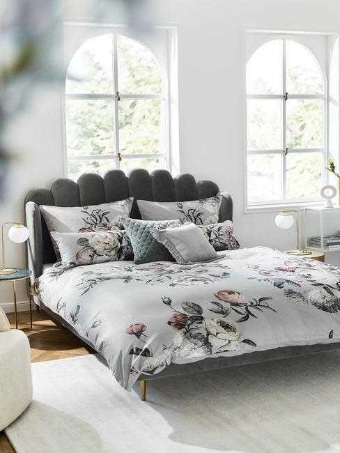 Sypialnia w stylu glamour ze złotymi dekoracjami