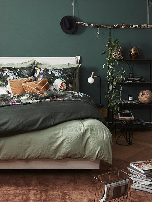 Zielona sypialnia z pościelą w kwiaty