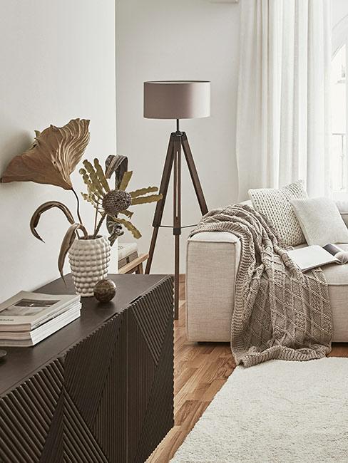 Beżowa sofa modułowa i brązowe meble