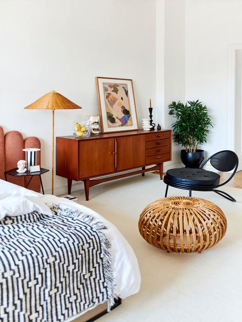 Biała sypialnia z retro komodą, pufem, łożkiem oraz lampa