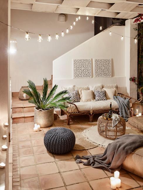 Jasny salon z sofą, rośliną oraz innymi dekoracjami