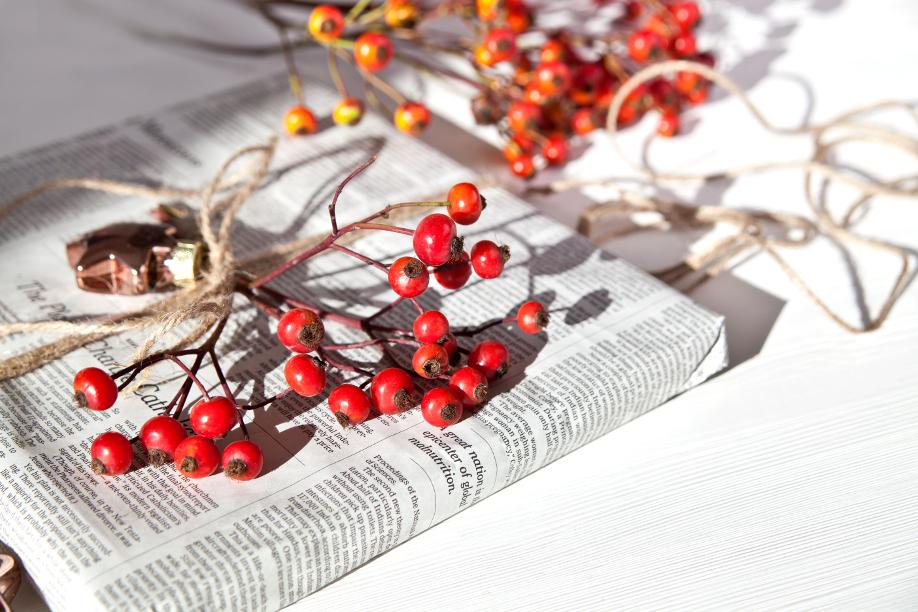 Verpacken ohne Geschenkpapier Geschenk in Zeitungspapier
