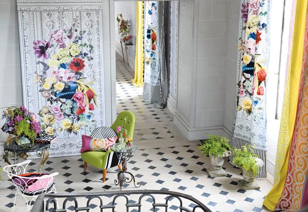 Colores alegres como el rosa, el verde y el amarillo protagonizan la sofisticación de estos estampados a base de flores enormes. Como telón de fondo, paredes y suelos palaciegos dan al conjunto un aire extravagante y suntuoso a la vez.